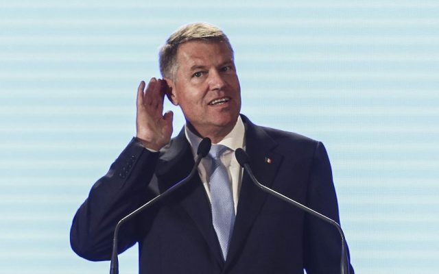 Klaus Iohannis, către asistență în timpul discursului la o ...