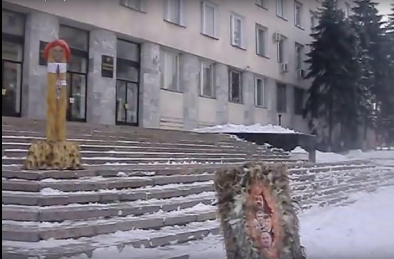 introducem penisul în vulvă)