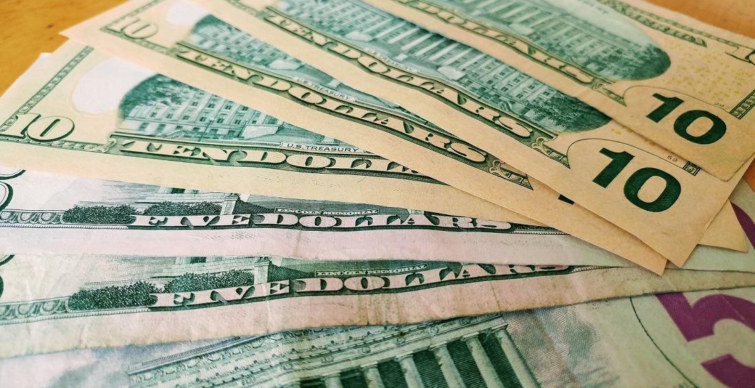 Un bărbat este acuzat de parteneră că a cheltuit banii pentru luna de miere pe un PC de gaming