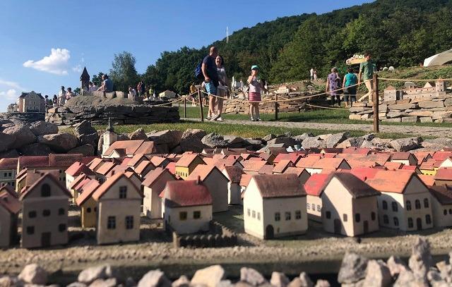 FOTO/VIDEO Mini-Transilvania din Odorheiu Secuiesc: un parc cu zeci de  clădiri monumente istorice și de arhitectură, realizate la scară redusă  poate fi vizitat la Băile Seiche