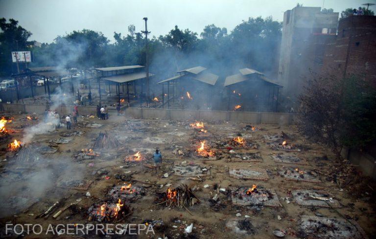 Foto: Cadavre incinerate la New Delhi, India. Sursa: AGERPRES / EPA/IDREES MOHAMMED