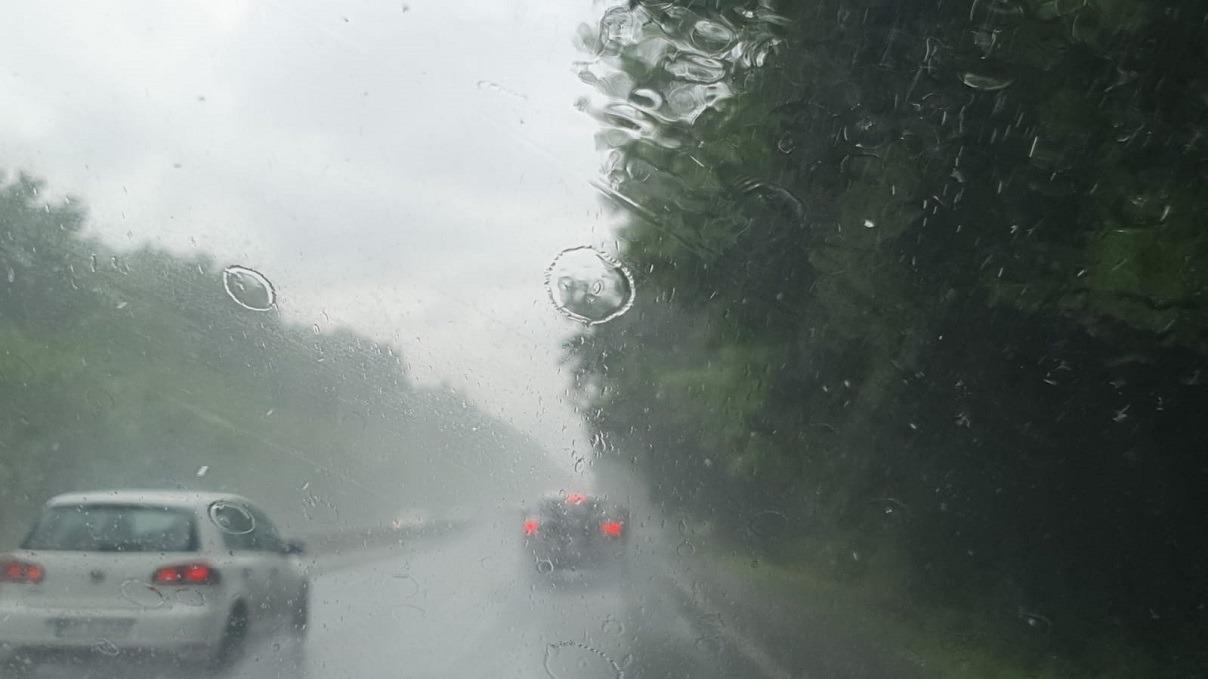 Plouă torenţial pe autostrada Bucureşti – Constanţa; există pericol de acvaplanare