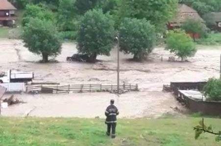 Drumuri distruse de inundații în două comune din Alba