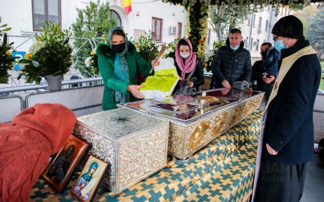 Pelerinajul la Catedrala Mitropolitană din Iași: Aproape 500 de oameni pe  oră au trecut pe la raclă cu moaștele Sfintei Parascheva / Racla este  dezinfectată la fiecare 10 minute